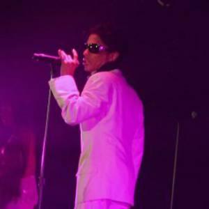 Prince sur scène en smoking immaculé.