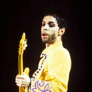 Prince, un chanteur capable d'associer sa guitare à son costume.