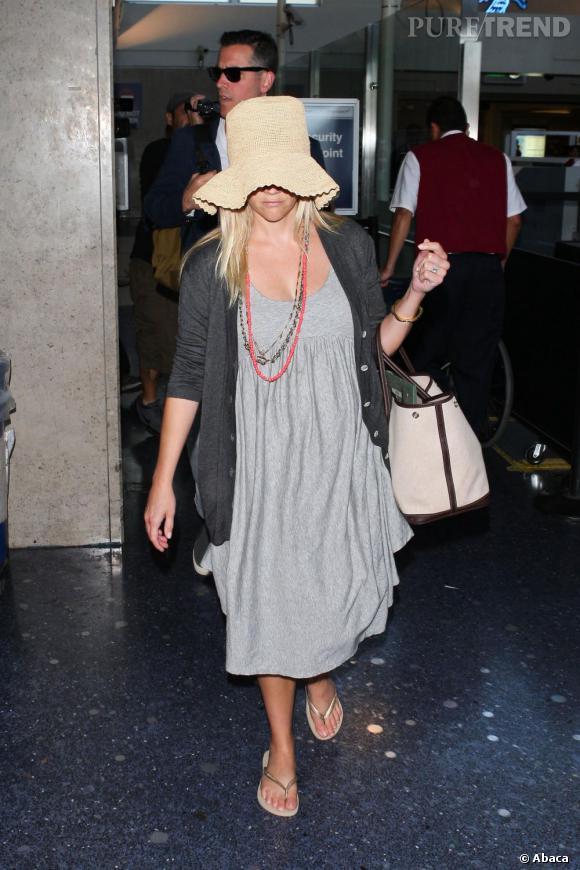 Reese Witherspoon arrive à l'aéroport de Los Angeles.