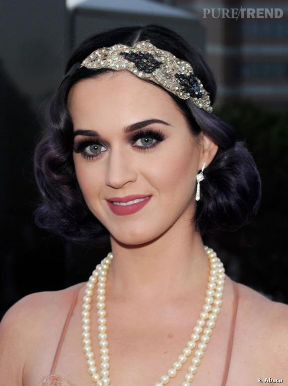 La chanteuse se coiffe d'un headband.