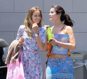 Isabel Lucas et une amie à la sortie d'un supermarché.