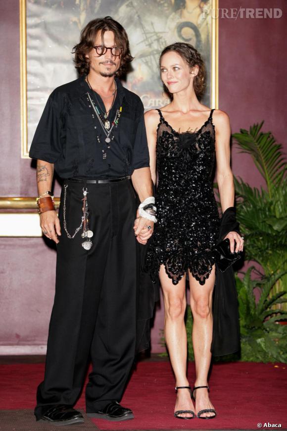 """6 juillet 2006  : Pour la première de """"Pirates des Caraïbes"""", Johnny Depp adapte son style et mise sur un look pirate-bad boy. Vanessa reste dans les années folles, avec une robe courte à sequins"""