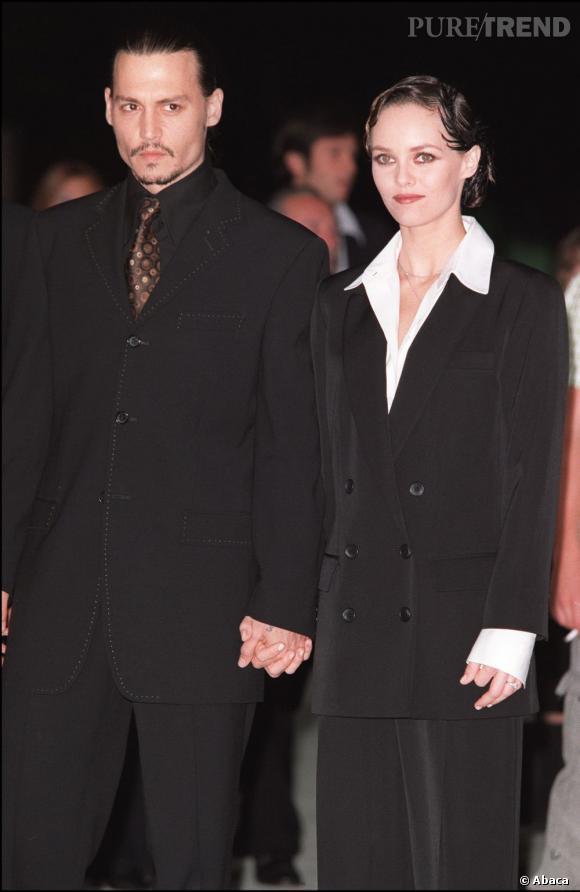 """Septembre 2001  : Johnny Depp et Vanessa Paradis arrivent très chic à la première de """"From Hell"""". Look masculin pour les deux stars !"""