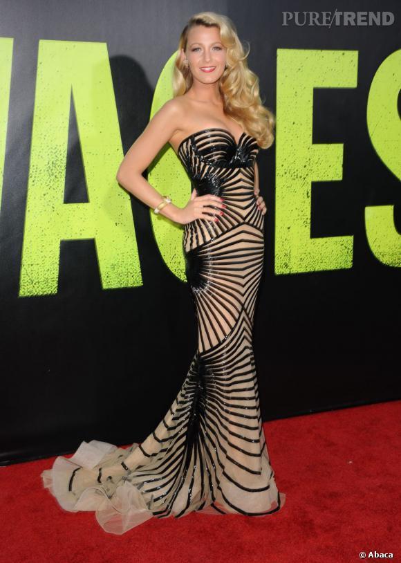 Nude, la pièce s'aggrémente d'un jeu de rayures stratégiquement placées pour souligner parfaitement les courbes de l'actrice.