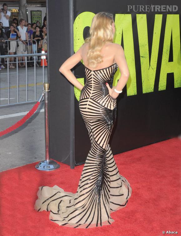 La jeune femme taillée comme une poupée Barbie joue sans complexe de sa silhouette pour séduire.