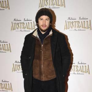 Même lorsqu'il s'agit de braver le froid il le fait avec style et il se la joue viril avec sa barbe incontournable.