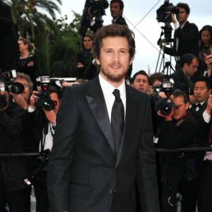Costume impeccable aux détails satinés, l'acteur se la joue James Bond.