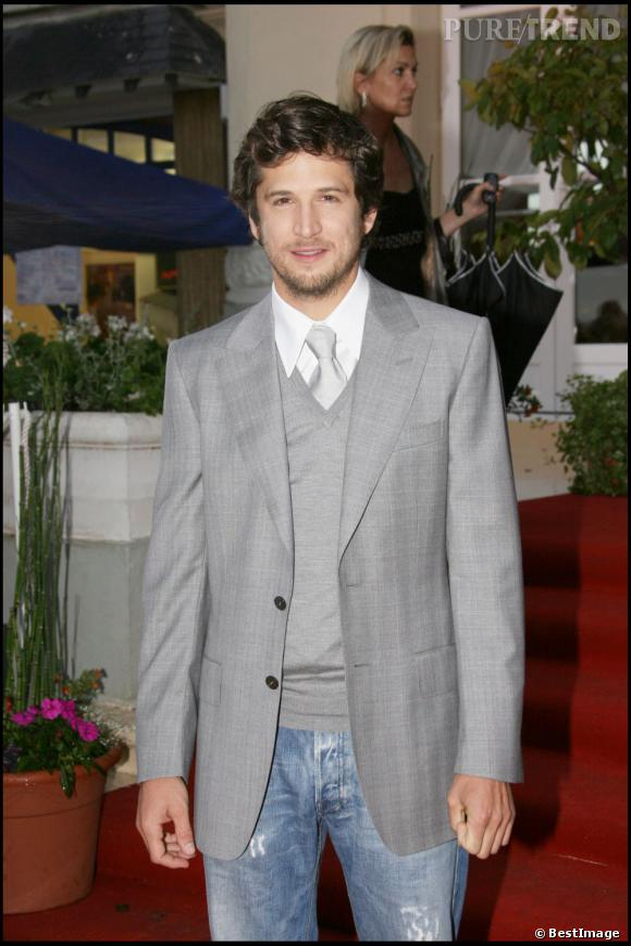Le costume gris et le jean, il l'ose avec style.