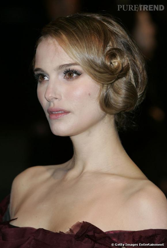 Natalie Portman, qui joue la mère de la Princesse Leia dans les épisodes précédents (sortis plus tard) ose l'adapter au tapis rouge.