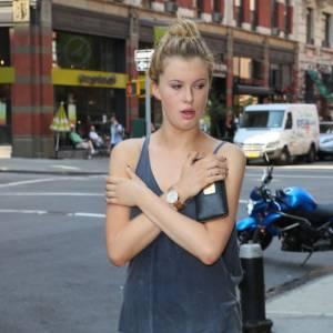 La demoiselle dans les rues de New York dans sa position préférée.