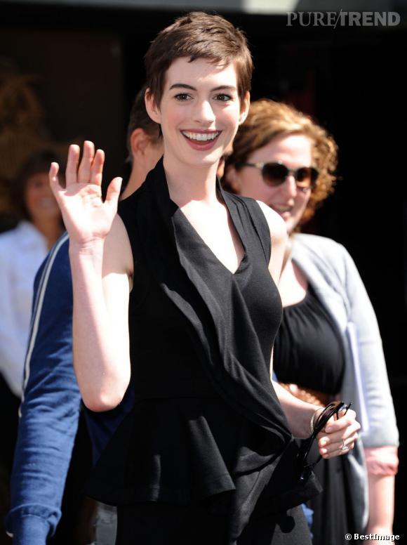 Anne Hathaway est radieuse pour la cérémonie durant laquelle Christopher Nolan va laisser ses empreintes dans le ciment d'Hollywood