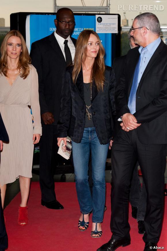 L'actrice n'hésite pas à porter un jean sur tapis rouge.