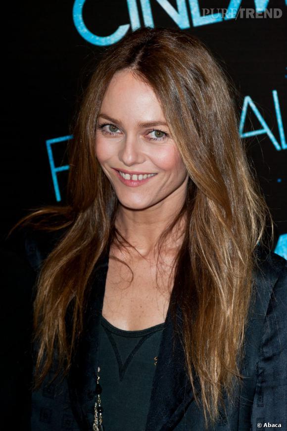 Côté beauty look, Vanessa Paradis prône encore et toujours le naturel et ça lui réussit.