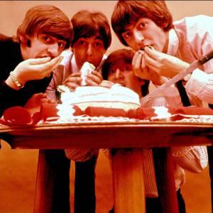 Les Beatles dégustent un gâteau d'anniversaire.