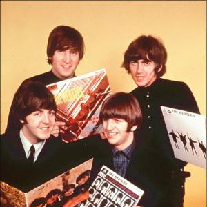 Les Beatles posent avec leurs vinyles.