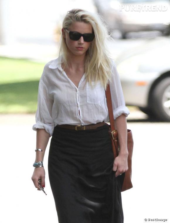 Amber Heard affiche un air sombre et fatiguée alors qu'elle se promène avec son amie