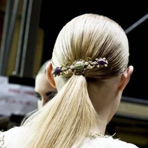 La barrette bijou vient habiller l'hairstyle du défilé Chanel.