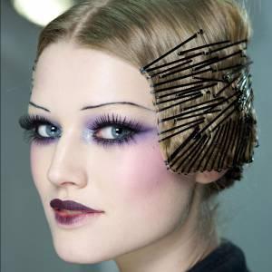 On ose la superposition de barrettes dans les backstages du défilé Dior.