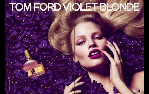 Lara Stone perdue dans les violettes pour le parfum Violet Blonde de Tom Ford.