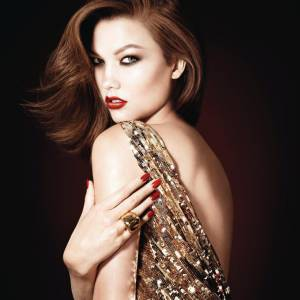 La top Karlie Kloss prête son image à la collection de maquillage Les Rouges Or de Dior.