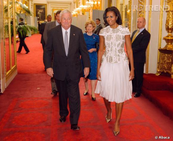 Michelle Obama, première dame pleine de style dans un top graphique ivoire et argent J. Mendel.
