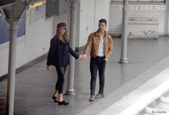 Joe Jonas compte fleurette sur le quai du métro à Paris.