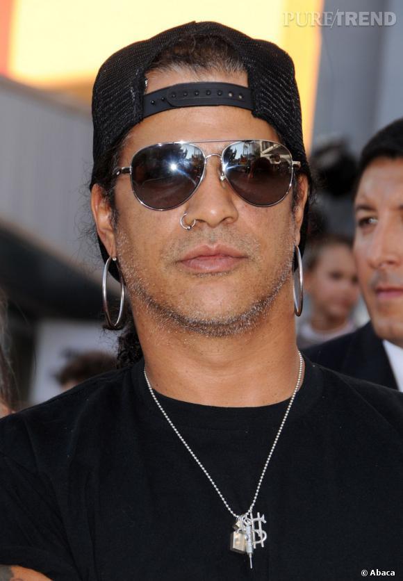 IN.  Slash est un des plus grands guitaristes vivants. L'esprit rock'n Roll, on lui doit un peu donc on lui pardonne ses anneaux au nez et aux oreilles.