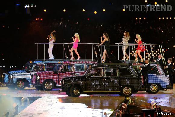 Les Spice Girls font une arrivée so british en taxi ou plutôt sur des taxi.