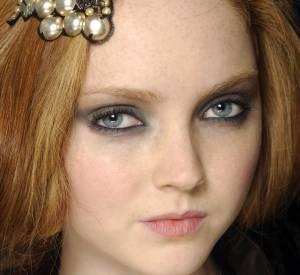 Repérée à 14 ans, Lily Cole s'est principalement fait connaître grâce à ce visage de poupée et sa crinière rousse. Des publicités Chanel, Cacharel, Hermès et Longchamps aux défilés Alexander McQueen et Jean Paul Gaultier, on l'a vue partout.