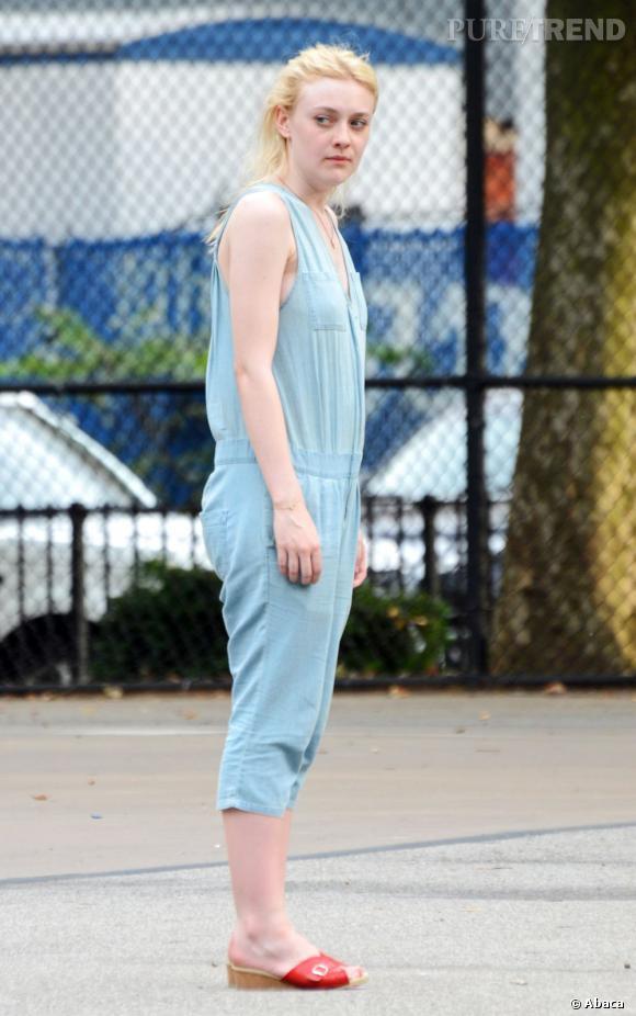 La combinaison denim :  Dakota Fanning a malheureusement choisi un modèle trop clair qui ne valorise pas sa silhouette.