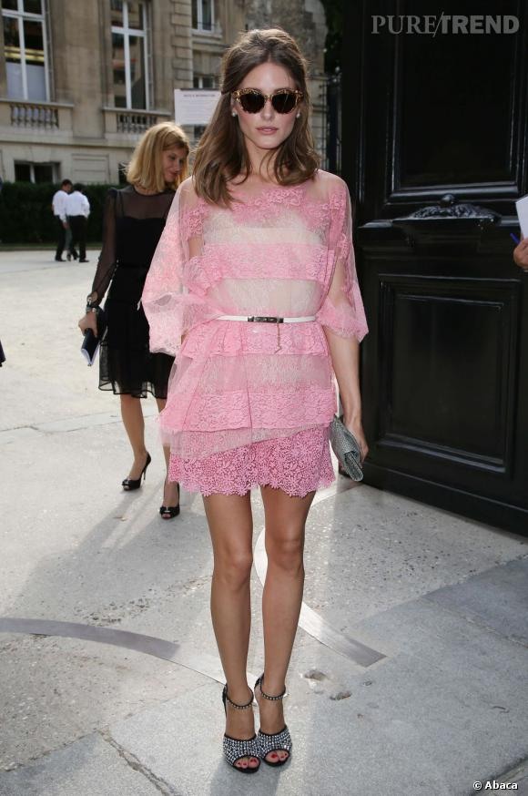 La robe légère :  à contrario, Olivia Palermo valorise ses jolies jambes dorées dans cette robe semi-opaque en dentelle rose.
