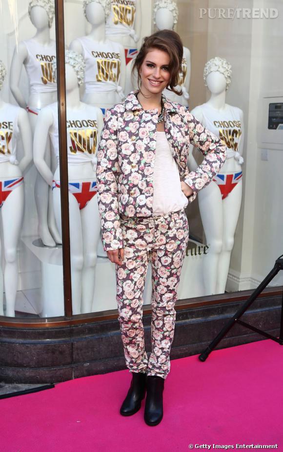 L'imprimé fleuri :  Tali Lennox rend le tailleur pantalon à fleurs rock'n'roll avec ses boots en cuir et son beauty look de pin-up.