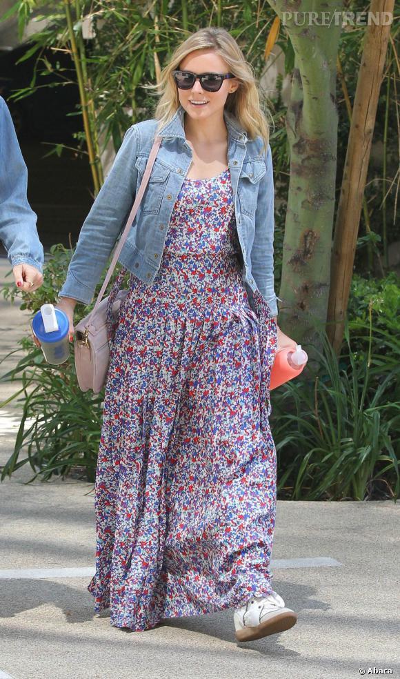 Kristen Bell profite de sa maxi dress pour enfiler des baskets.