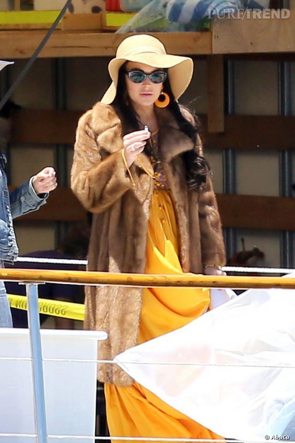 """Le flop Lindsay Lohan :  Une robe jaune, un manteau de fourrure, une capeline et des créoles ? Pour """"Liz & Dick"""", Lindsay Lohan revisite les looks de Liz Taylor..."""