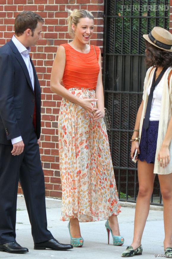 Le top Blake Lively :  Le top orange illumine le teint de la jolie blonde, tandis que la jupe fleurie flatte ses longues jambes. Mais on craque surtout pour les escarpins Louboutin !