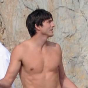 Le top Ashton Kutcher : Voilà le meilleur look de tournage de l'acteur... Torse nu !