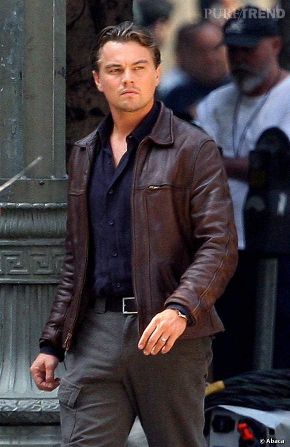 """Le top Leonardo DiCaprio :  Sur le tournage de """"Inception"""", l'acteur affiche un visage inquiet mais terriblement sexy. Pour aller avec le perfecto en cuir, non ?"""