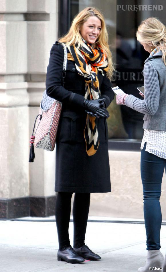 Le flop Blake Lively :  Un long manteau, un foulard de grand-mère et des derbies, non vraiment, ce n'est pas le meilleur look de Serena !