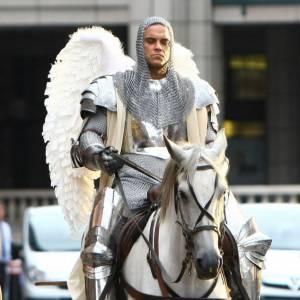 Le top Robbie Williams : C'est tellement drôle et incroyable, qu'on n'hésite entre le pire et le meilleur. Mais un chevalier ailé, c'est top !