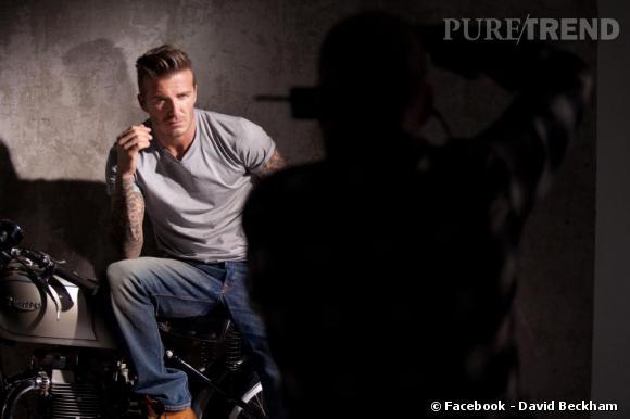 """David Beckham pose, négligemment assis sur une moto pour la campagne photo de son parfum """"The Essence"""""""