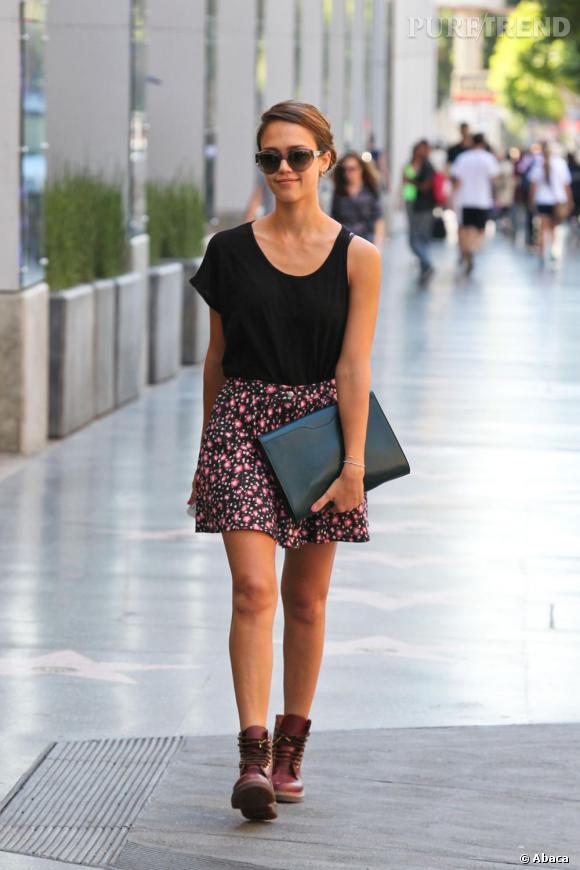 Jessica Alba s'approprie avec brio le style rock girly.