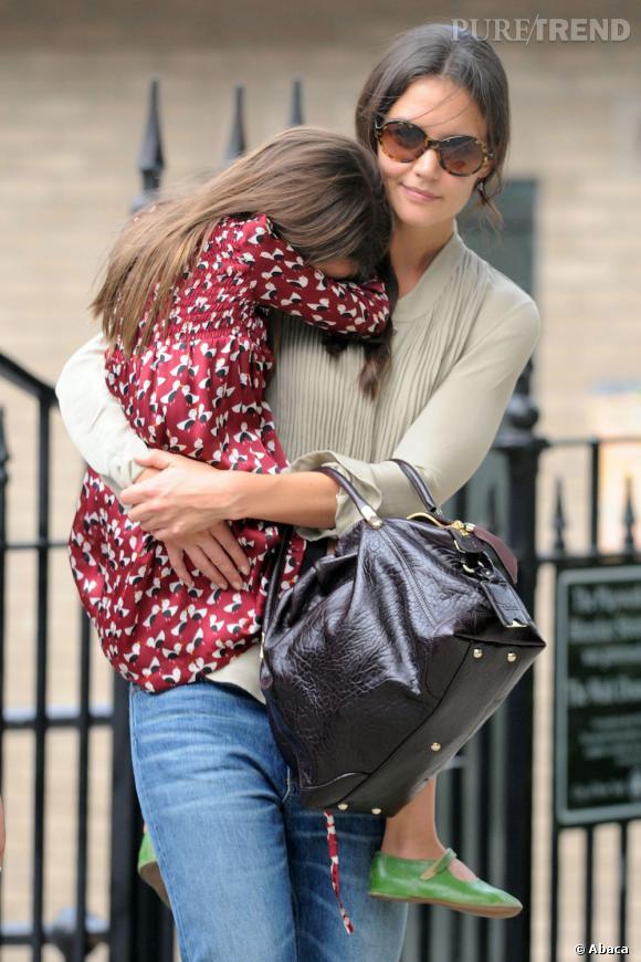Katie Holmes apporte une touche d'élégance à sa tenue à l'aide d'un sac en cuir noir verni.