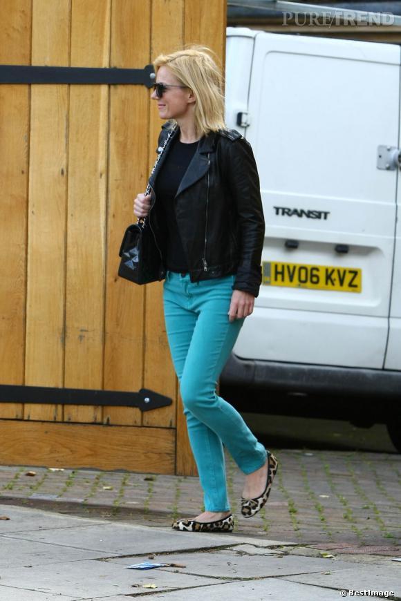 Geri Halliwell dévoile sa silhouette amincie avec un jean slim bleu canard.