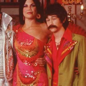 Joseph Gordon-Levitt toujours pour la même série se travestit au cour d'une soirée. Pour ceux qui se demandent, c'est bien le moustachu à droite.