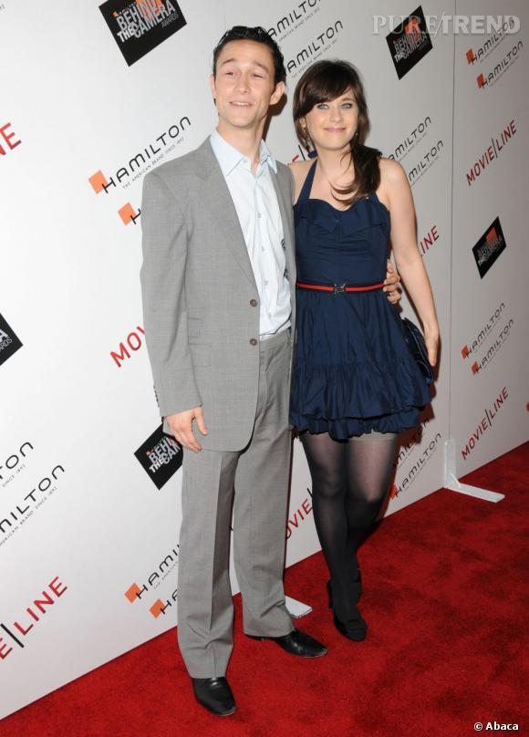 """Joseph Gordon-Levitt et sa meilleure amie Zooey Deschanel. Pour la promotion de """"500 jours ensemble"""", il fait des efforts dans un costume gris pâle. Une couleur qu'il adoptera souvent."""