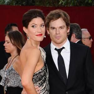 """Jennifer Carpenter et Michael C Hall se sont mariés en 2009. Après que le divorce ait été officialisé fin 2011, les deux acteurs sont restés amis. Pas le choix, ils jouent dans la même série, """"Dexter"""" !"""