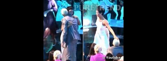 Pourtant, lors des Video Music Awards, on voit la star faire un câlin à son ex, avant de lui frotter affectueusement les cheveux...