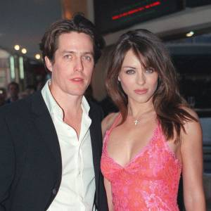 Après 13 ans de relation, Hugh Grant et Elizabeth Hurley se séparent en 2000. Mais les deux acteurs ne manquent pas de déjeuner ensemble à l'occasion, et Hugh Grant est le parrain du fils de Liz !