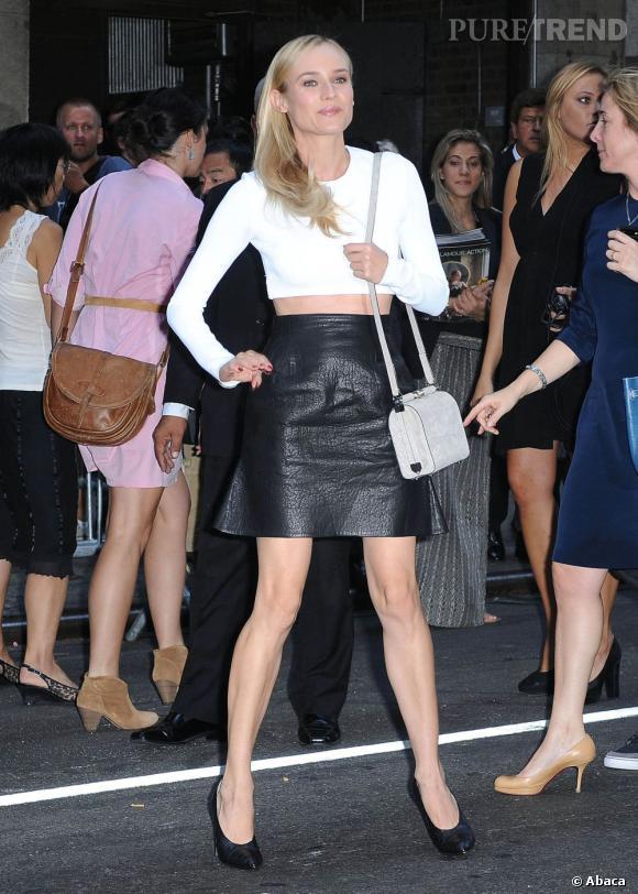 Diane Kruger ne trahit pas son statut de it-girl et opte pour un look très graphique pour le défilé Calvin Klein.