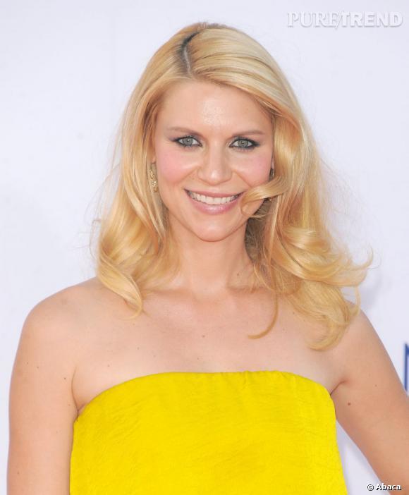 Grande gagnante de cette soirée (elle a remporté l'Emmy Award de la meilleure actrice dans une série dramatique), Claire Danes est apparue dans un beauty look romantique : pommettes roses, lèvres irisées, brushing ondulé.